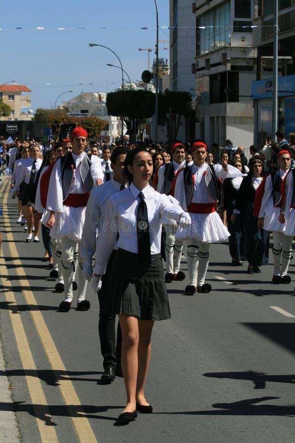Les jeunes dans l'uniforme participant au défilé image libre de droits