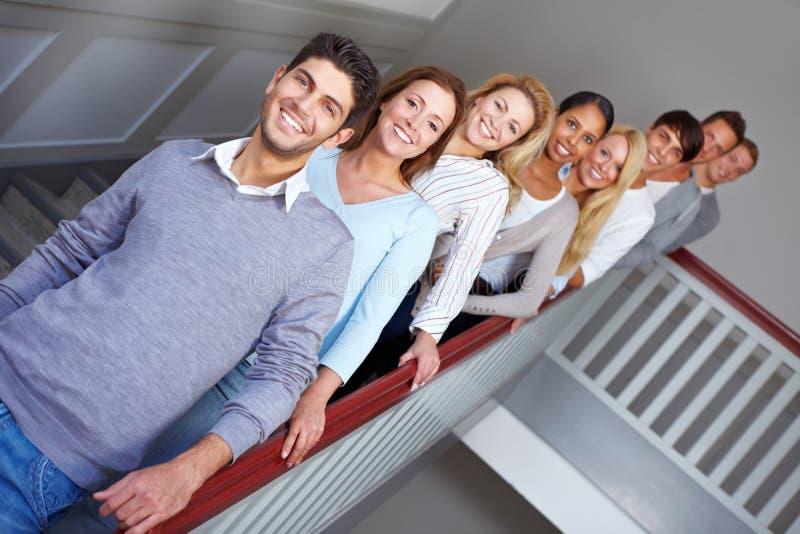 Les jeunes dans une ligne photo libre de droits