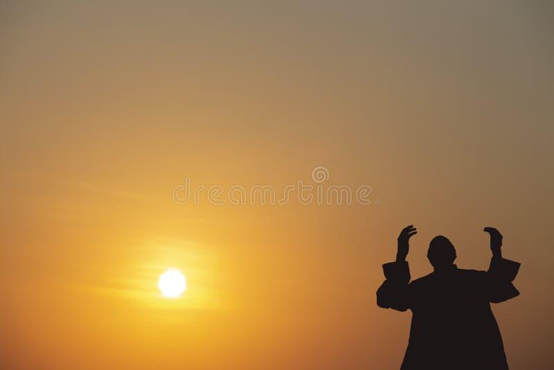 Les jeunes de musulmans prient pour Dieu Ramadan avec espoir et la rémission, l'Islam est une croyance pour la prière de cinq jou photo stock