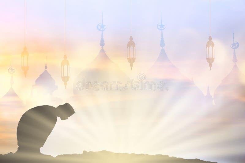 Les jeunes de musulmans prient pour la paix de koran de lecture de Dieu dans l'ea moyen photos stock
