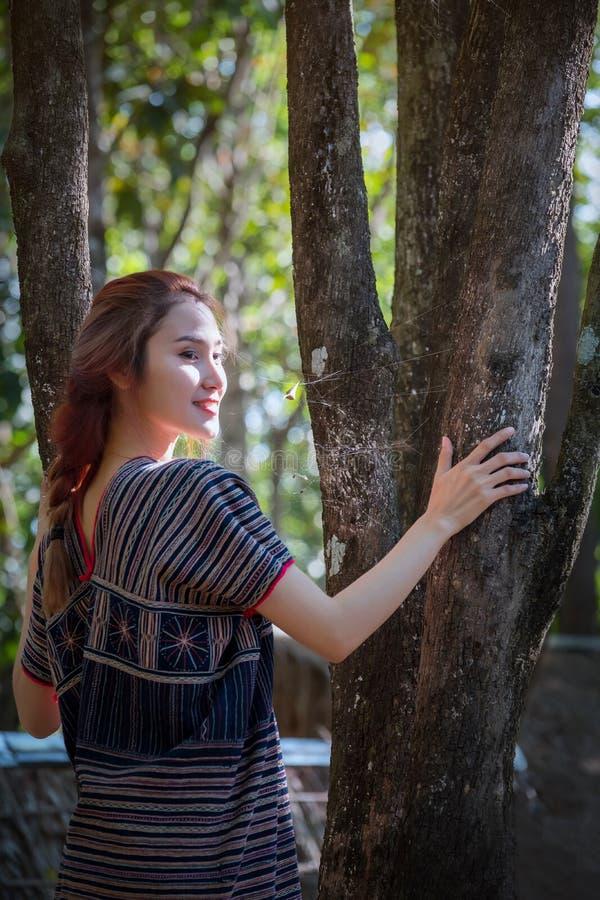 Les jeunes enfants de Karen de portrait ont souri et jeu dans les remplaçants de forêt images libres de droits