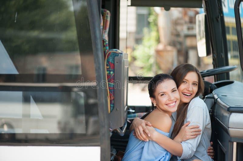 Les jeunes femmes attirantes apprécient leur voyage image libre de droits