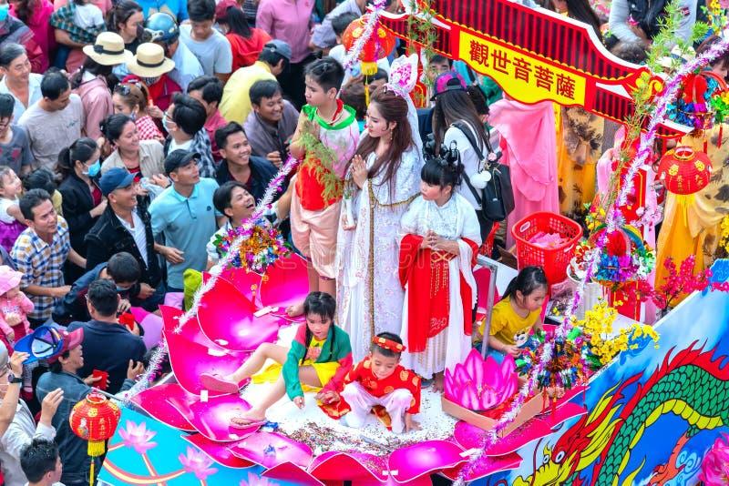 Les jeunes femmes chinoises de lanterne de festival comme placentation de bodhisattva défilent sur la rue image libre de droits