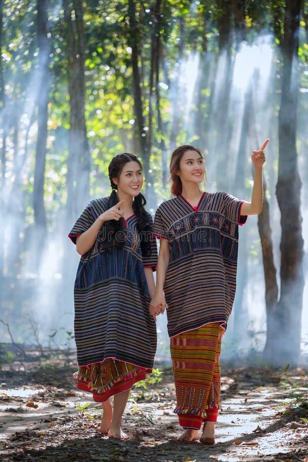 Les jeunes femmes de Karen de portrait ont souri dans les gens du pays Thaïlande de forêt images stock