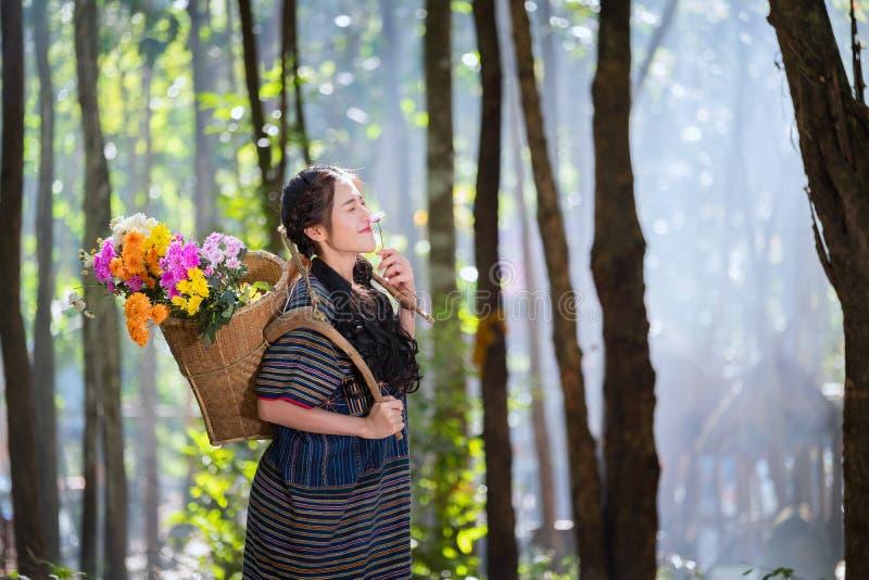 Les jeunes femmes de Karen de portrait ont souri fleur de trou de main et Ba de fleur image libre de droits