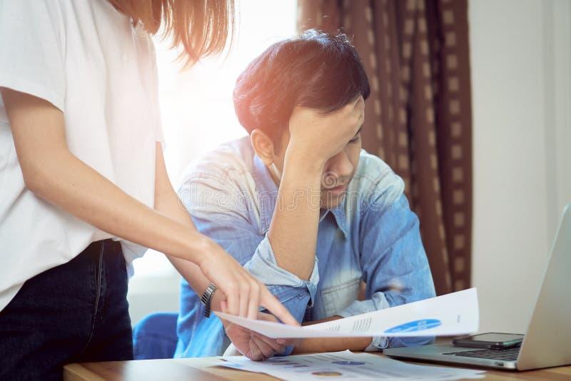Les jeunes femmes grondent les employés qui travaillent tard au travail, endommageant Le concept de la ponctualité lui fait le pr photographie stock libre de droits