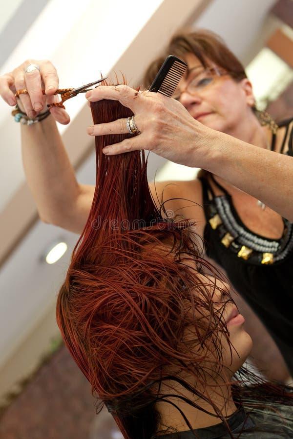 Coupe de cheveux au salon photos libres de droits
