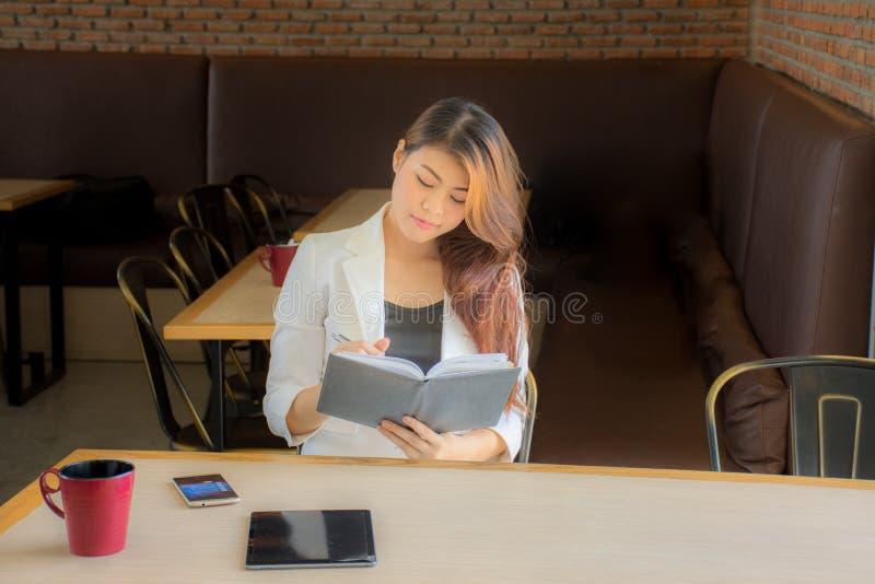 Les jeunes femmes rendent compte de leurs intentions d'affaires et sont heureuses photos libres de droits