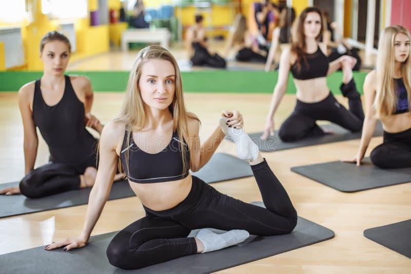 Les jeunes filles attirantes de sport font le yoga ensemble formation de groupe Concept sain de style de vie photos libres de droits