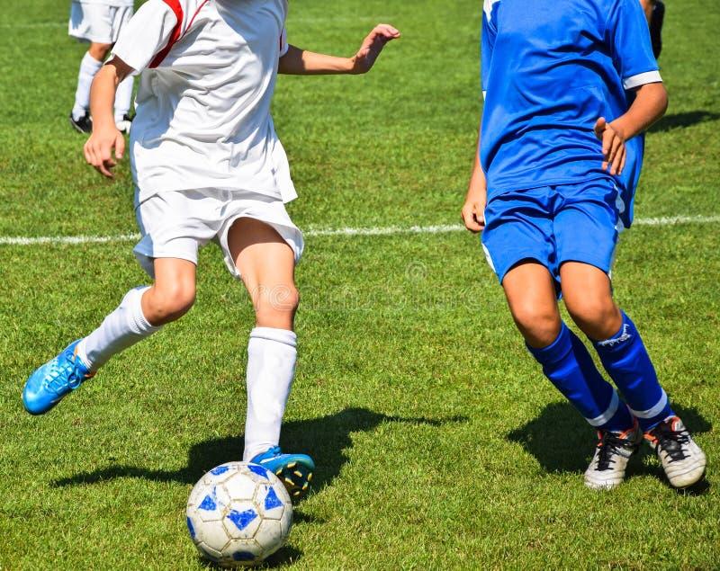 Les jeunes gar?ons jouent le football photo libre de droits