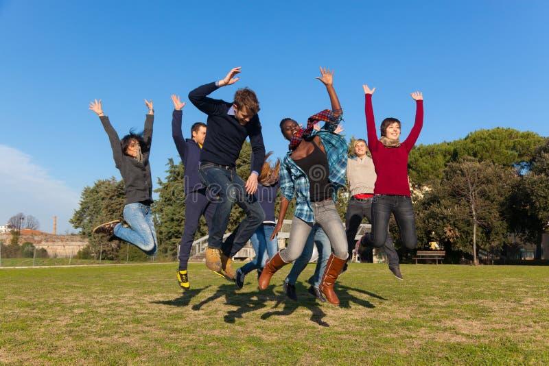 Les jeunes heureux image stock