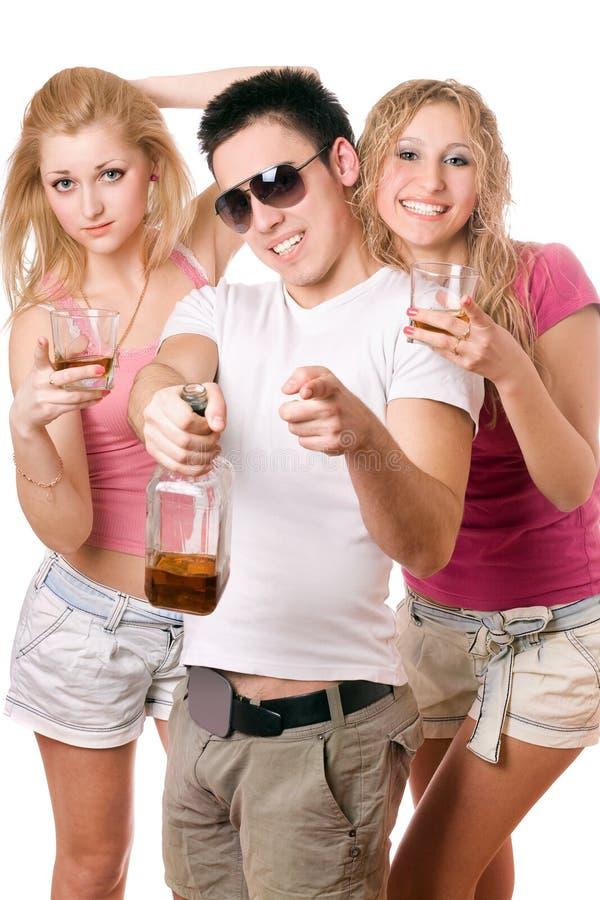 Les jeunes heureux avec une bouteille de whiskey image libre de droits