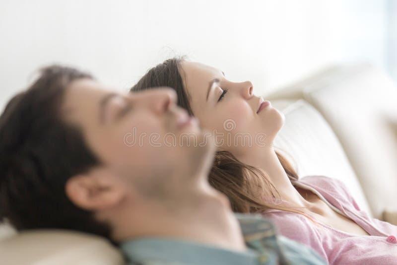 Les jeunes heureux détendant avec des yeux fermés, appréciant, côté luttent images stock