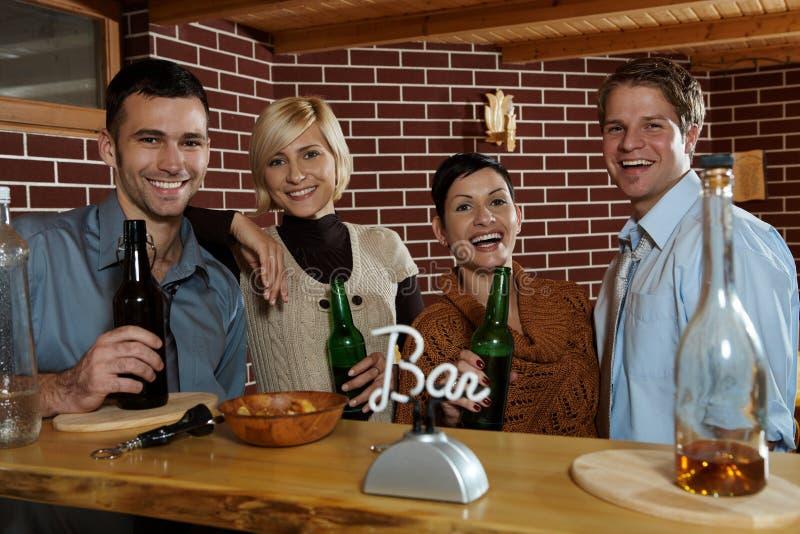 Les jeunes heureux dans le bar images stock