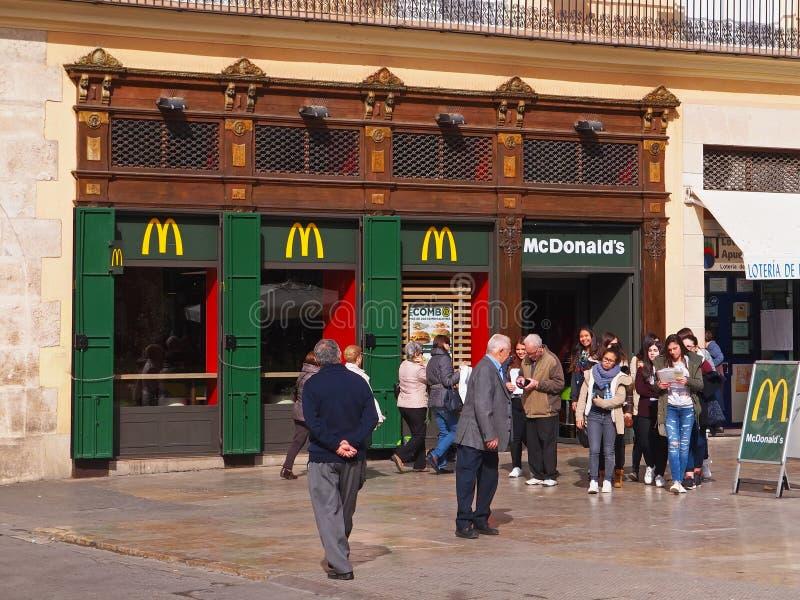 Les jeunes heureux quittent le restaurant des aliments de préparation rapide de McDonald à Valence, Espagne photo stock