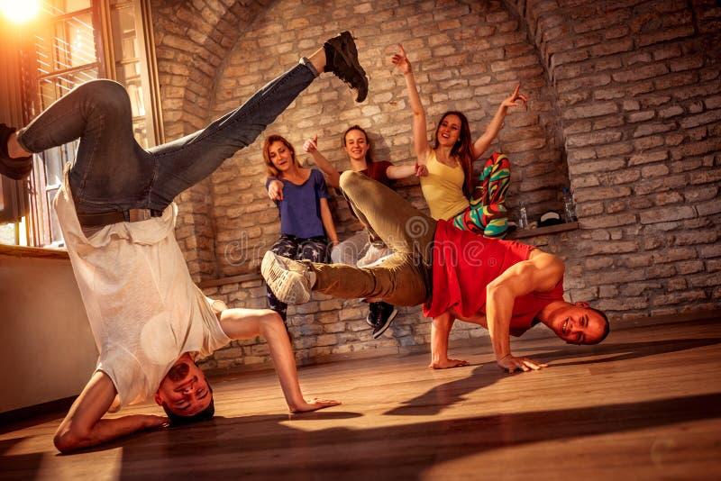 Les jeunes hommes effectue des mouvements de break dance image libre de droits