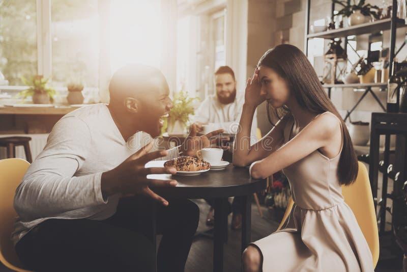 Les jeunes hommes et femmes de couples découvrent des relations image libre de droits