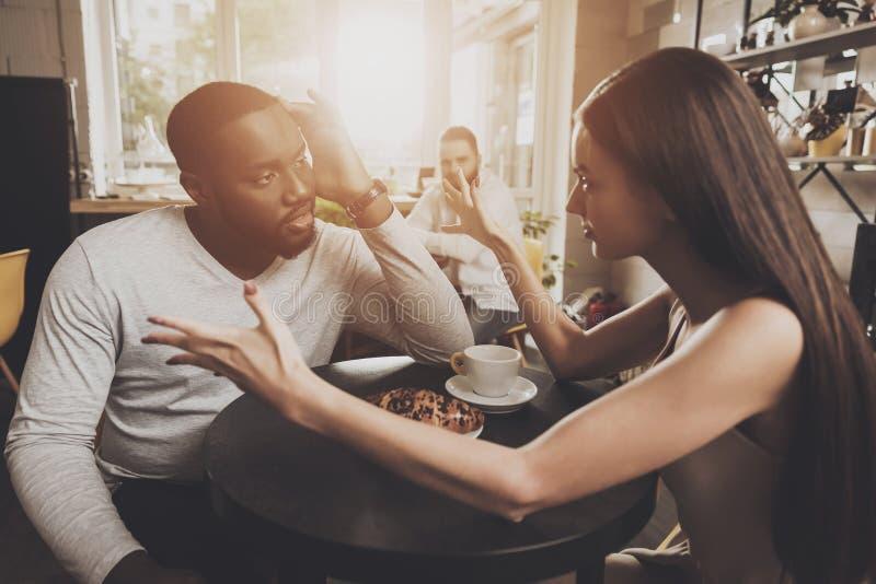 Les jeunes hommes et femmes de couples découvrent des relations photos libres de droits