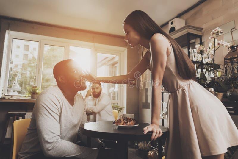 Les jeunes hommes et femmes de couples découvrent des relations images stock