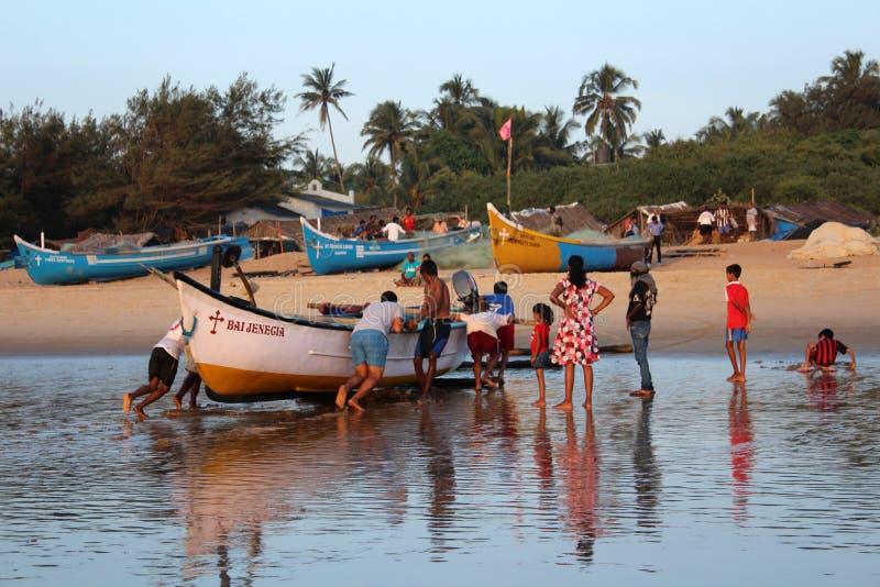 Les jeunes hommes ont retiré un ashor de bateau de pêche images libres de droits