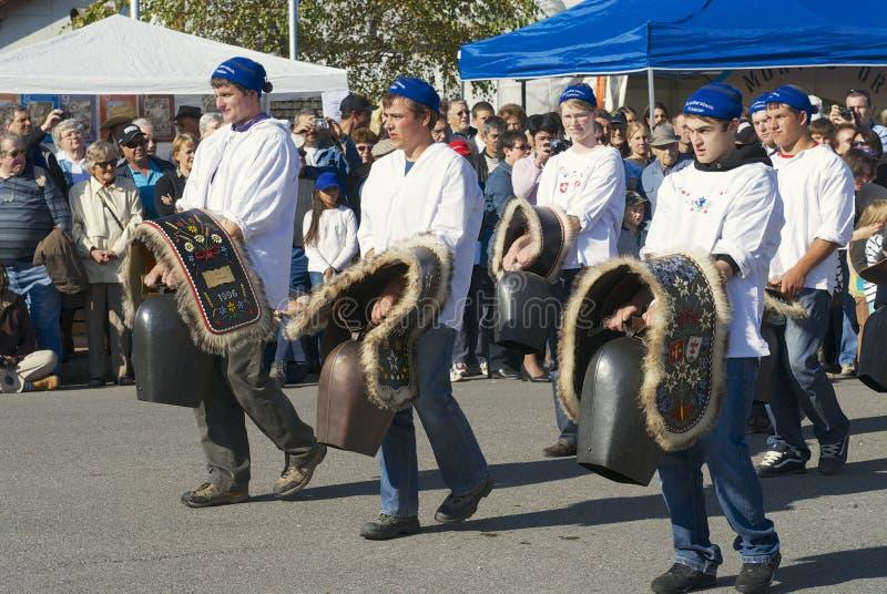 Les jeunes hommes portent les cloches traditionnelles de vache, emmental d'Affoltern im, Suisse images libres de droits