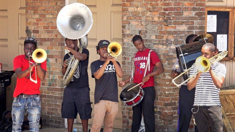 Les jeunes interprètes de rue jouent la musique pour des astuces dans le Quarte français photo libre de droits