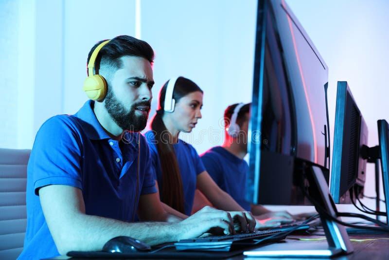 Les jeunes jouant des jeux vid?o sur des ordinateurs Tournoi d'Esports photo libre de droits