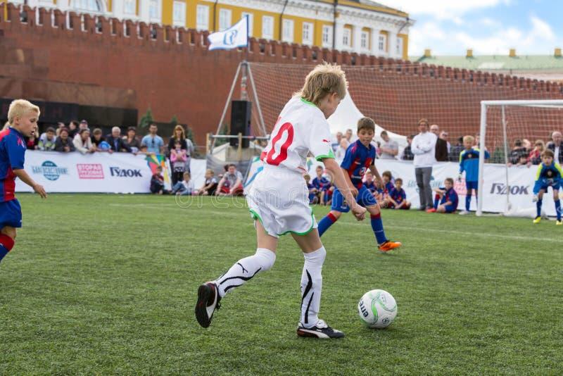 Les jeunes joueurs jouent le football photographie stock