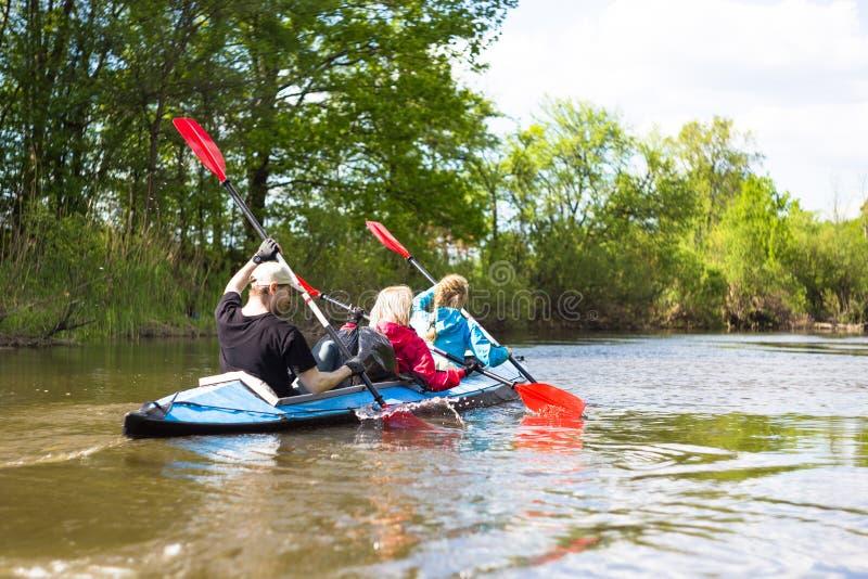 Les jeunes kayaking sur une rivière en belle nature Jour ensoleillé d'été photo libre de droits