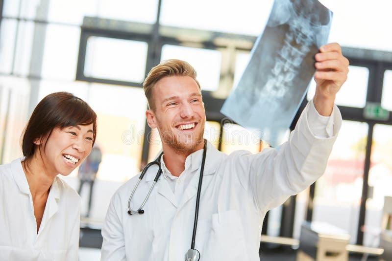 Les jeunes médecins sont heureux au sujet d'un résultat positif photos libres de droits