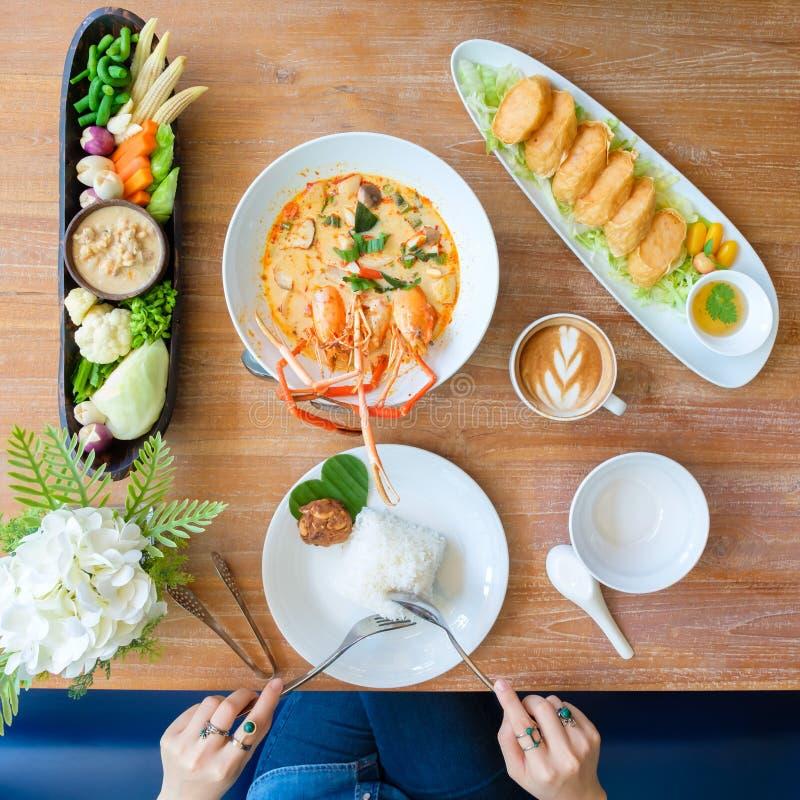 Les jeunes mangeant dans un restaurant thaïlandais photographie stock