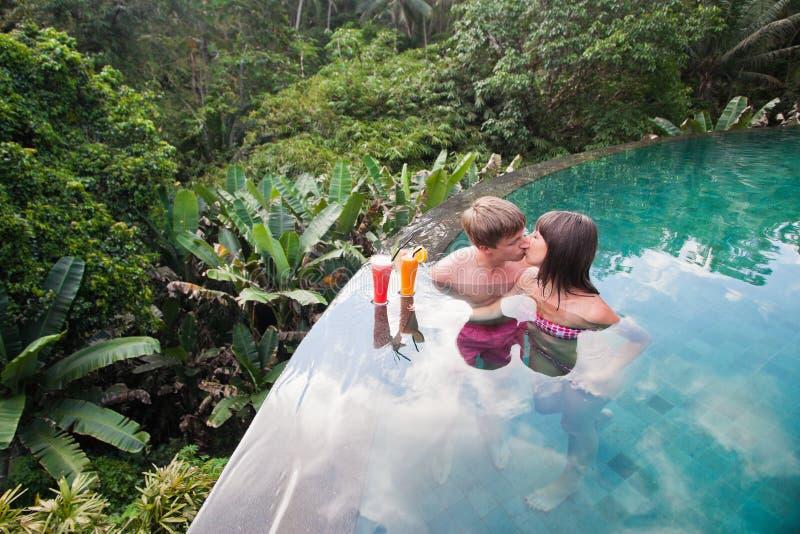Les jeunes-mariés couplent à l'hôtel de nea de piscine photographie stock