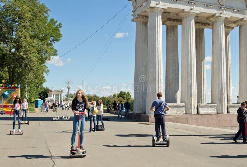 Download Les Jeunes Montant Un Segway Et Un Gyrometer Sur L'asphalte Sur Photo éditorial - Image du activité, action: 77153911