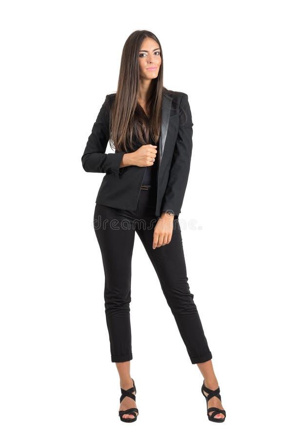 Les jeunes ont bronzé la femme d'affaires posant et souriant regardant l'appareil-photo photo libre de droits