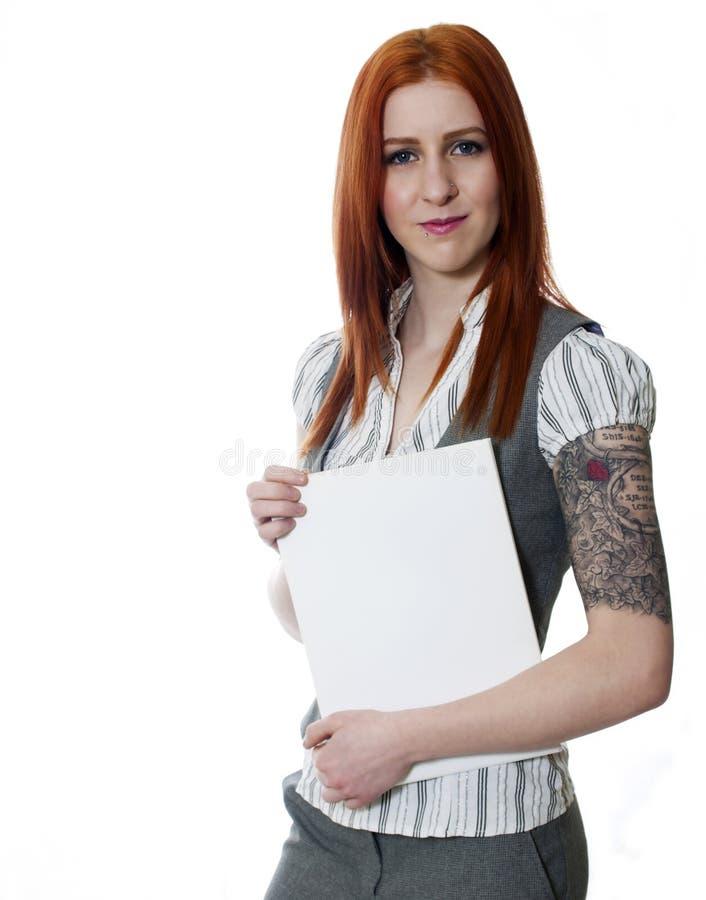 Les jeunes ont tatoué la femme d'affaires sur le fond blanc tenant le blanc photos stock