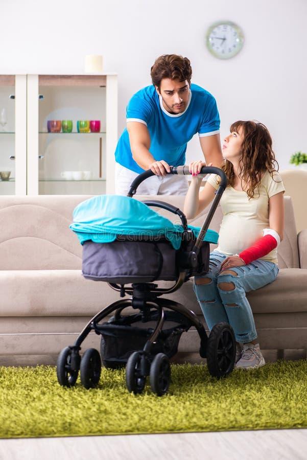 Les jeunes parents avec le bébé s'attendant au nouveau venu photographie stock libre de droits