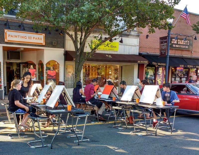 Les jeunes peignant chez Art Class extérieur photos stock
