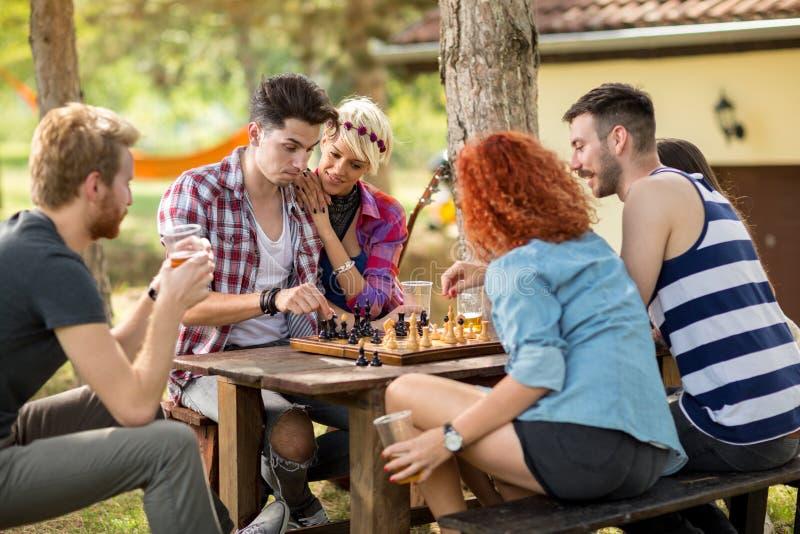 Les jeunes pense tout en jouant des échecs image libre de droits