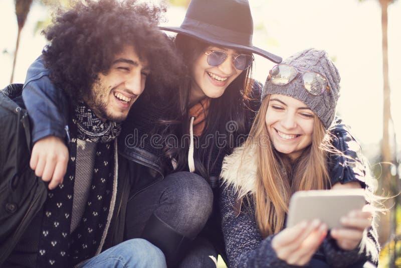 Les jeunes perdant le temps dehors photo stock