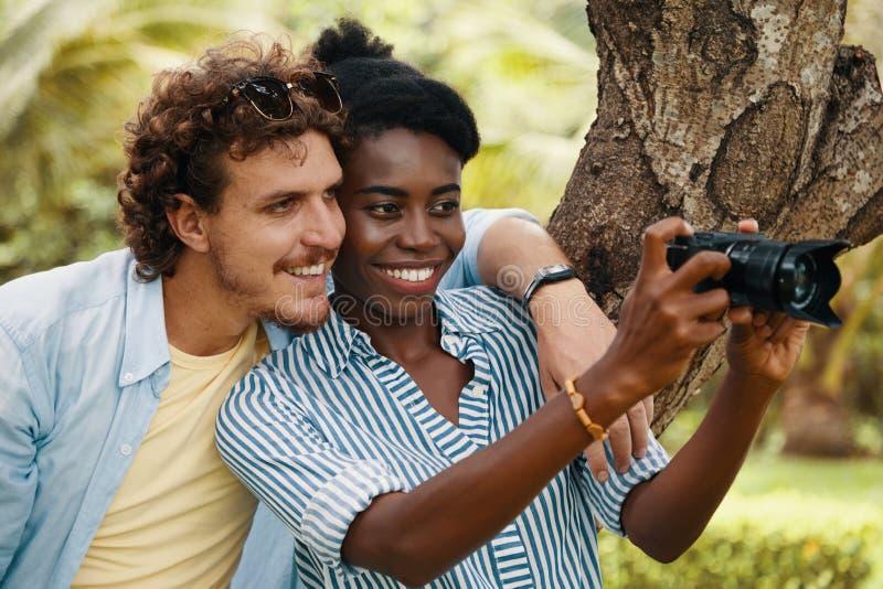 Les jeunes prenant des photos image libre de droits