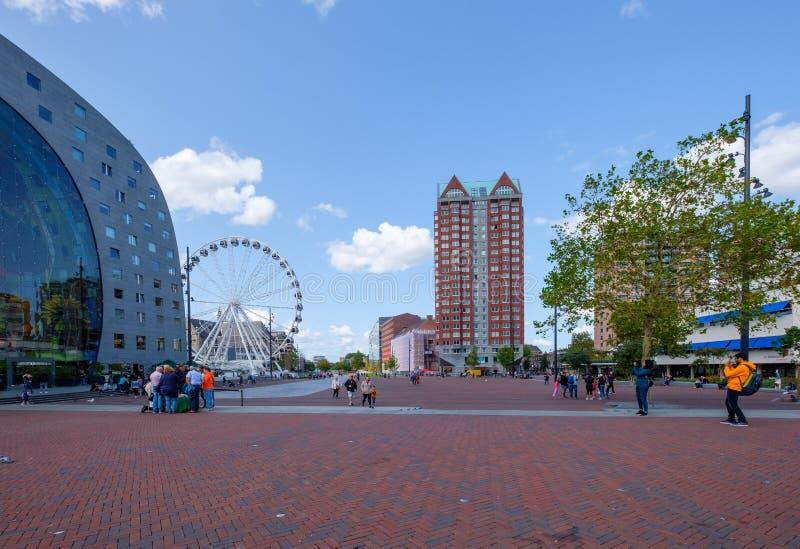 Les jeunes prennent une photo du hall et de la grande roue célèbres du marché à côté du bâtiment à Rotterdam, Pays-Bas photos libres de droits