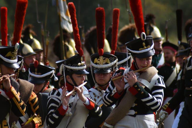 Les jeunes reenactors jouent la musique à la reconstitution historique de bataille de Borodino en Russie photo libre de droits