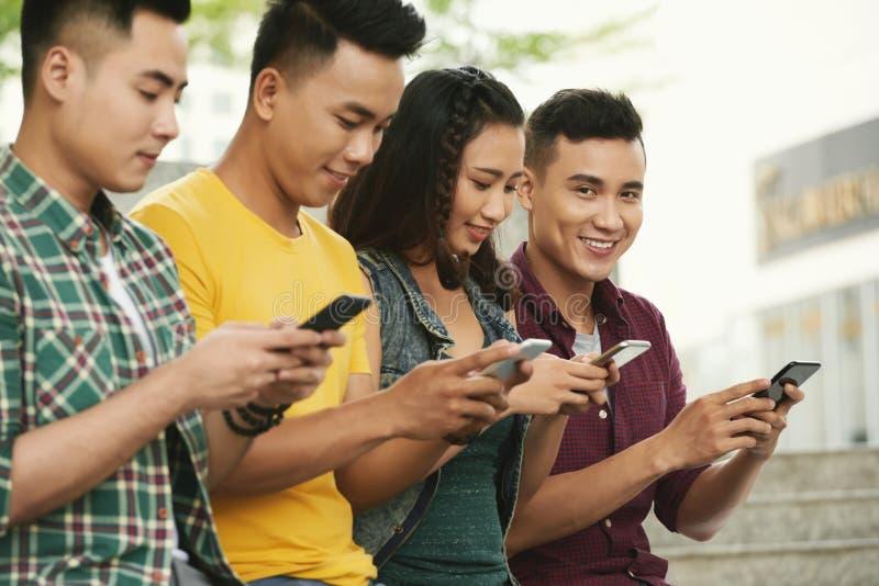 Les jeunes se textotant photos libres de droits