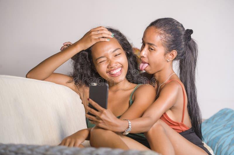 Les jeunes soeurs ou les amies asiatiques heureuses et belles couplent le SM photos stock