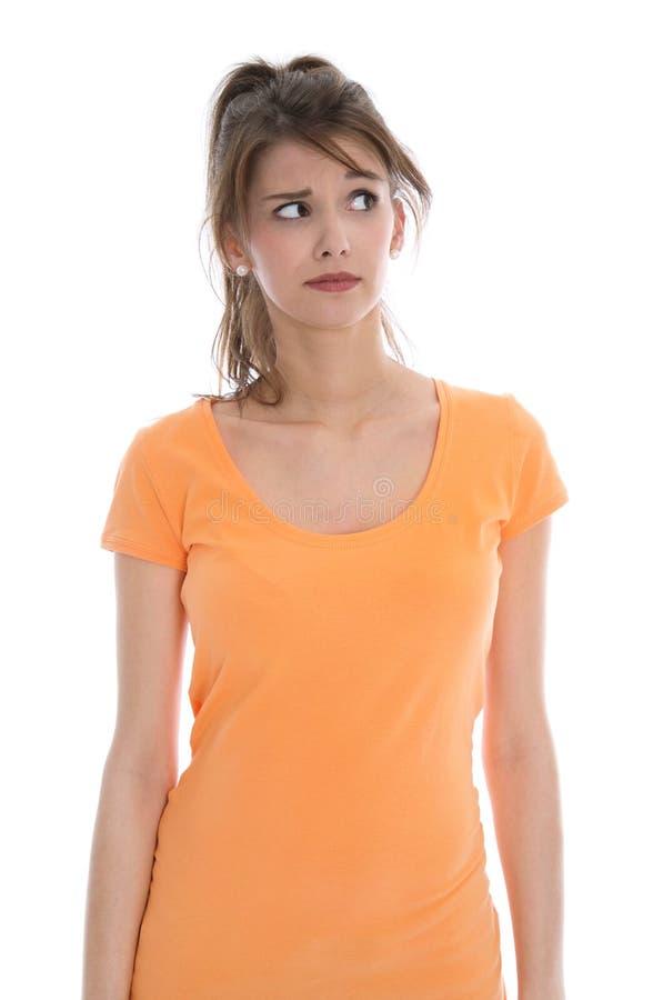 Les jeunes songeurs et douteux ont isolé la chemise de port d'été de femme. image libre de droits