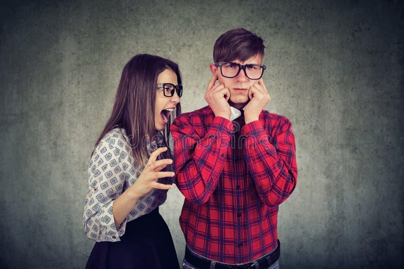 Les jeunes soumis à une contrainte couplent dans la querelle photographie stock