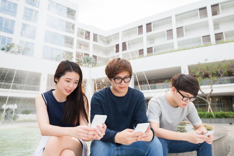 Les jeunes textotants photographie stock libre de droits