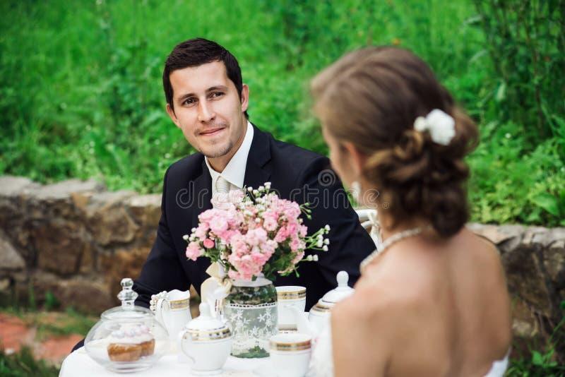 Les jeunes toilettent regarder ravis sa jeune mariée photos libres de droits