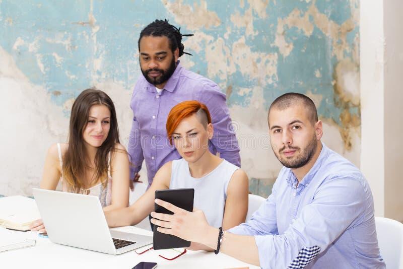 Les jeunes travaillant dans le bureau grunge image libre de droits