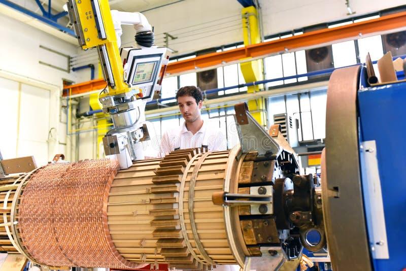 Les jeunes travailleurs d'industrie mécanique actionnent une machine pour le windi photo stock